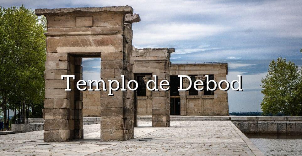 vista frontal do templo de debod e das suas portas