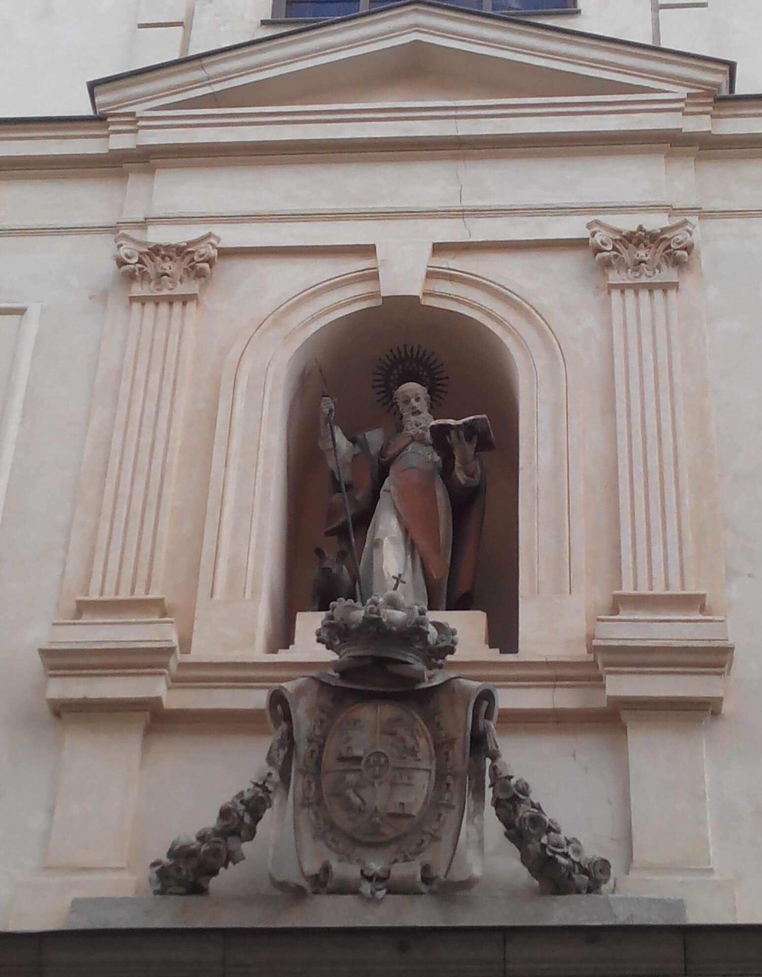 estatua de san anton na fachada da igreja do mesmo nome