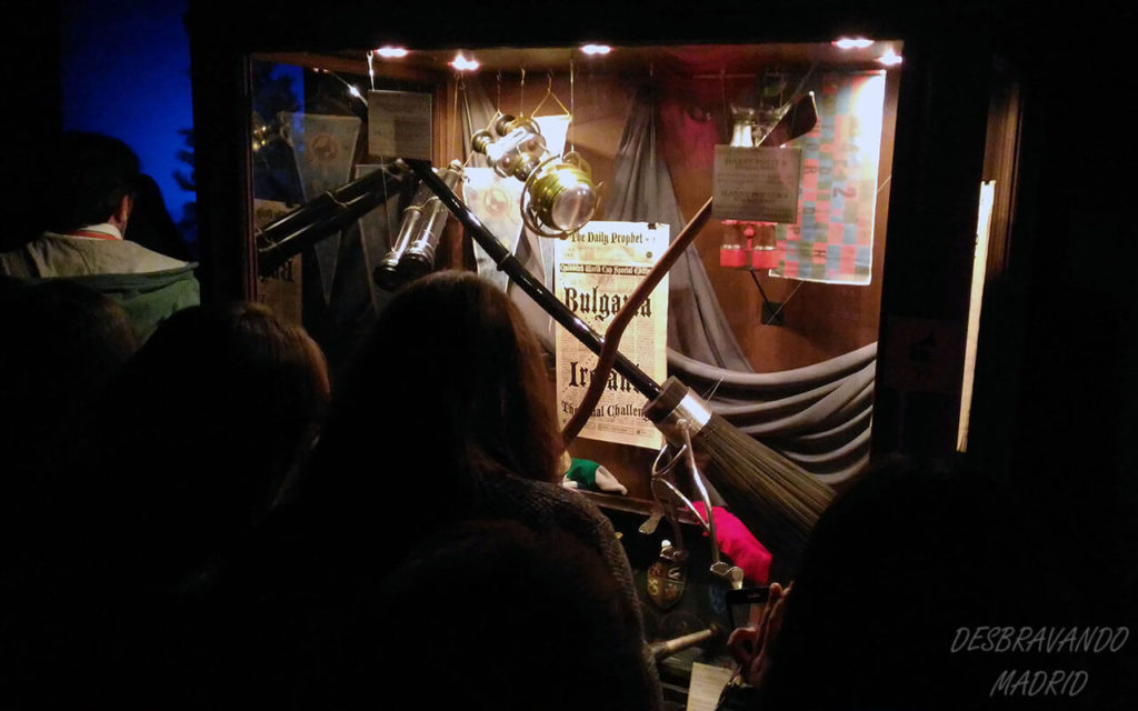 vitrine com objetos de quidditch