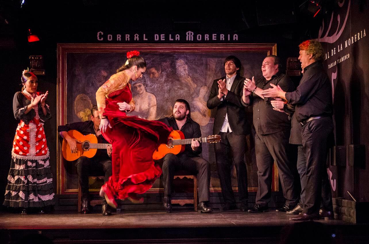 bailaora de vermelho a dançar