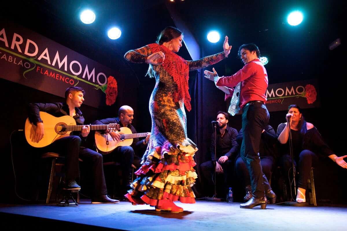 bailaora e bailaor a dançar flamenco