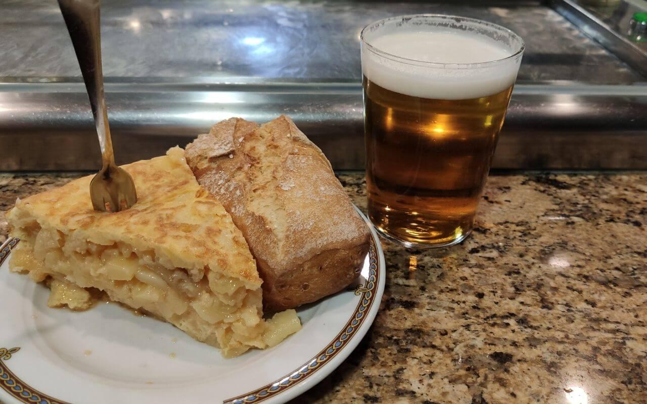 tapa de tortilla e cerveja