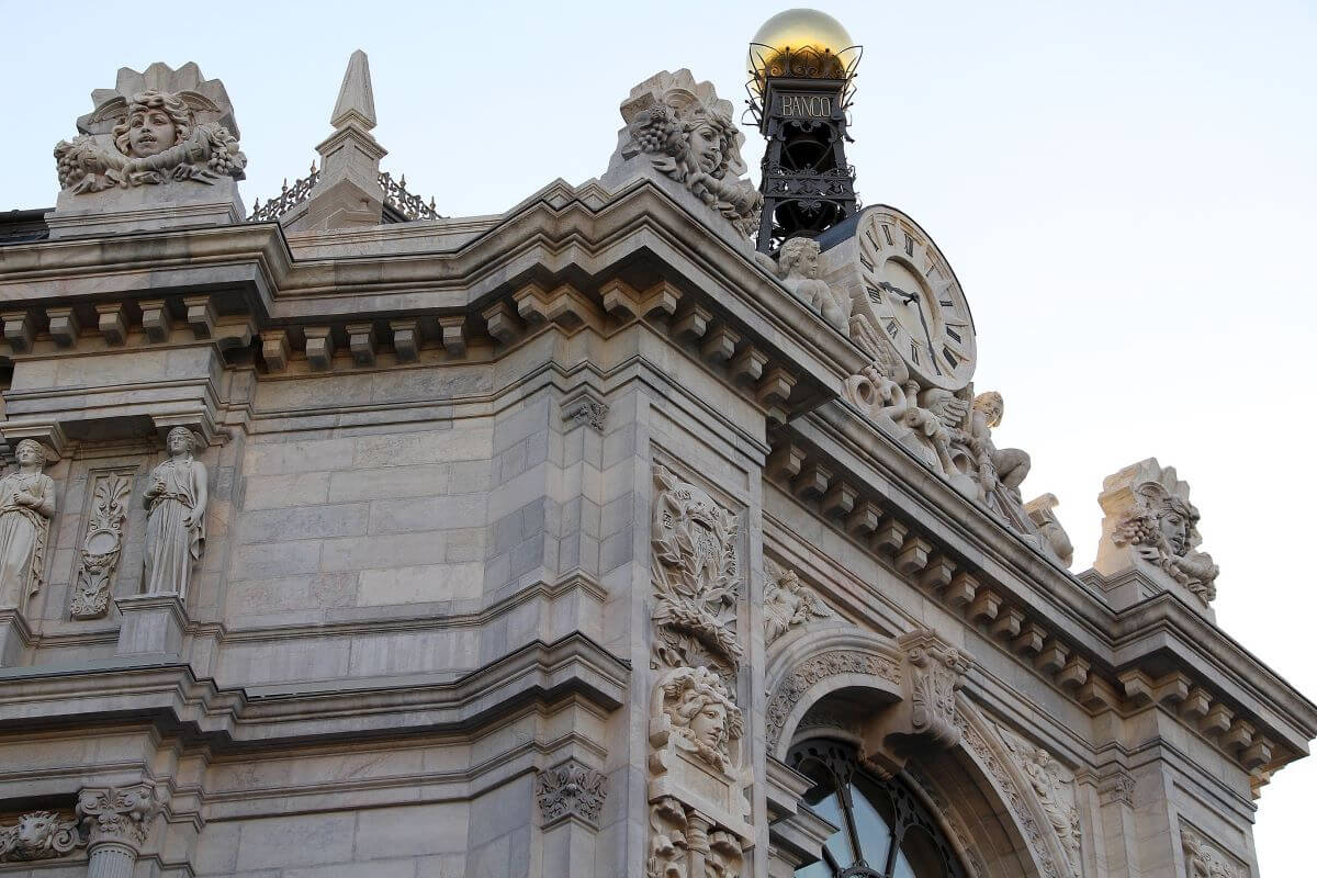 relógio e detalhes da fachada do banco de espanha