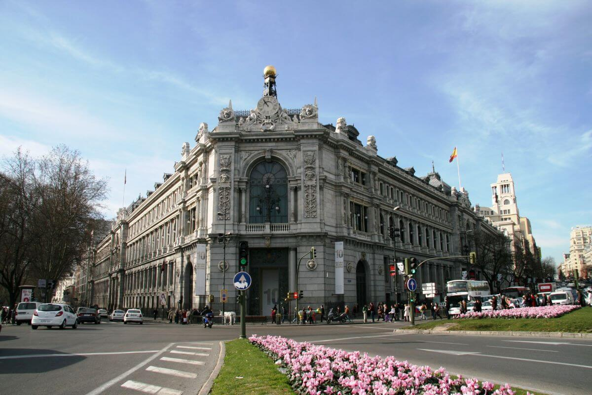 fachada principal do banco de espanha em madrid