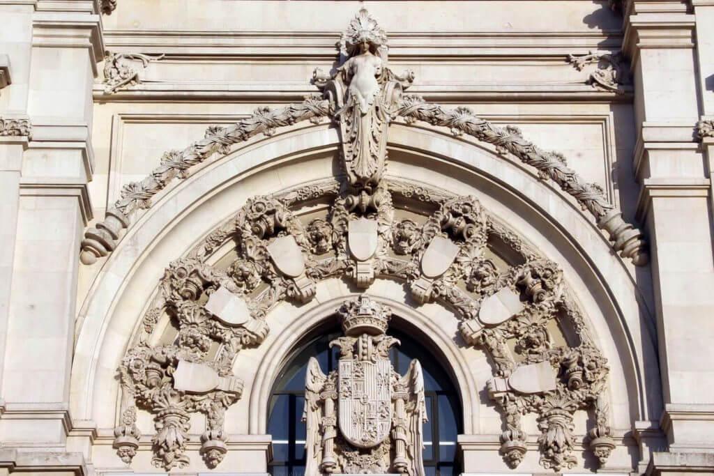 la rubia na fachada do palacio de cibeles