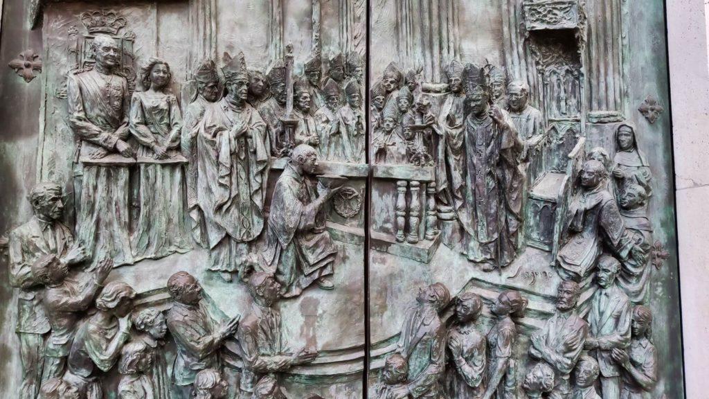 pormenor da porta consagraçao catedral almudena