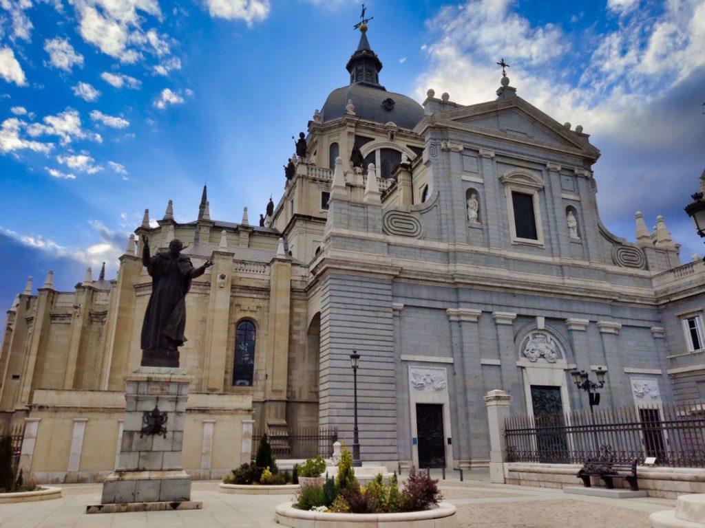 catedral da almudena desde a calle bailen